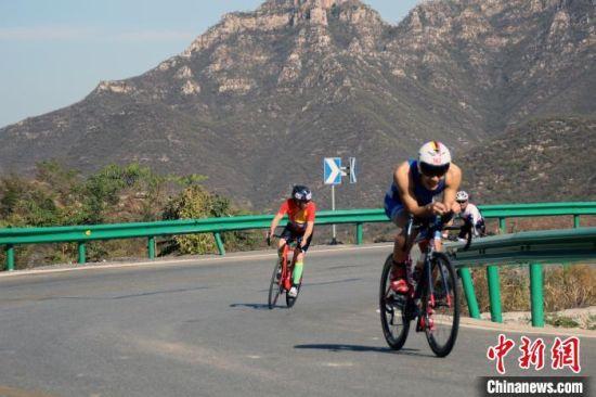 选手在易县龙西旅游公路进行自行车项目比拼。 徐巧明 摄