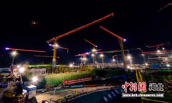 图为航拍建设中的容东片区夜景。 韩冰 摄