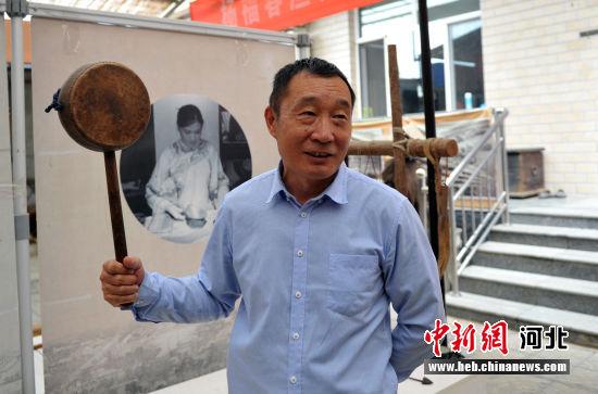 图为杨福春展示收藏的展品。 韩冰 摄