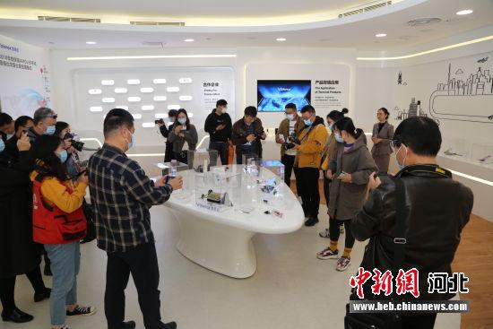 图为采访行记者参观维信诺AMOLED产品。 李霞 摄