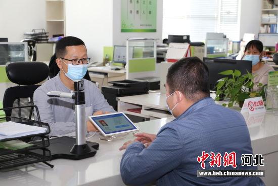 图为一名企业负责人利用廊坊政务信息资源共享交换平台办理业务。 李霞 摄