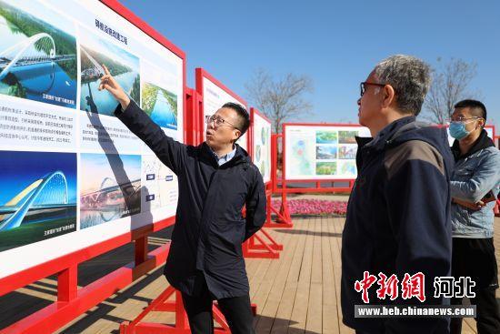 10月23日,在河北省香河县运河文化公园内,网信办主任在给媒体记者讲解北运河香河段建设情况。 安青松 摄