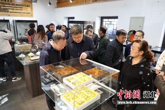 10月23日,媒体记者在河北省香河县水岸潮白景区参观。 安青松 摄
