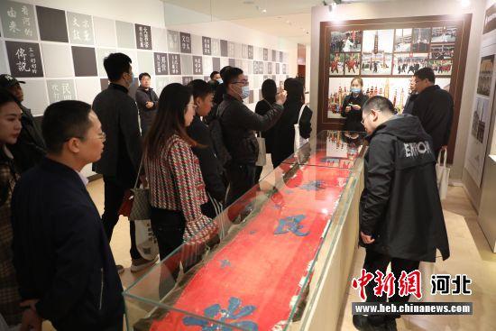 10月23日,媒体记者在河北省香河县非物质文化遗产展馆参观。 安青松 摄