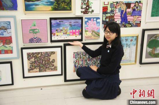 华人儿童刘子熹和她的作品《童话世界》。 张平 摄