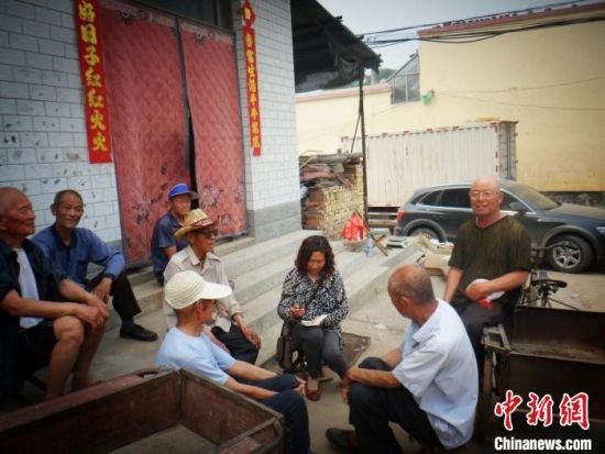 图为宋荣琴在搜集歌谣。受访者供图