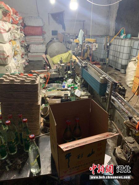 警方查处的非法生产假冒白酒窝点。 清苑区公安局供图