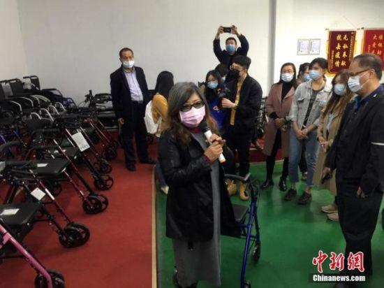 11月6日,台湾媒体人参访河北邯郸台资企业,聚焦台资企业在当地发展环境和前景。图为该媒体团参访近年邯郸单体引进台资最大的项目之一的河北凯普威医疗器材有限公司。 中新社记者 翟羽佳 摄