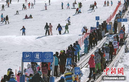 图为11月7日,游客在崇礼太舞滑雪小镇滑雪。中新社发 王钉 摄