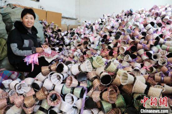 平乡县霍林寨村花瓶编织脱贫小院负责人谢巧红在编织花瓶。 姚友谅 摄