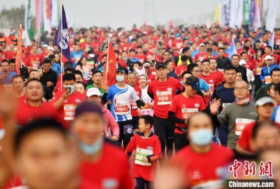 当天3000多名跑者参与 翟羽佳 摄