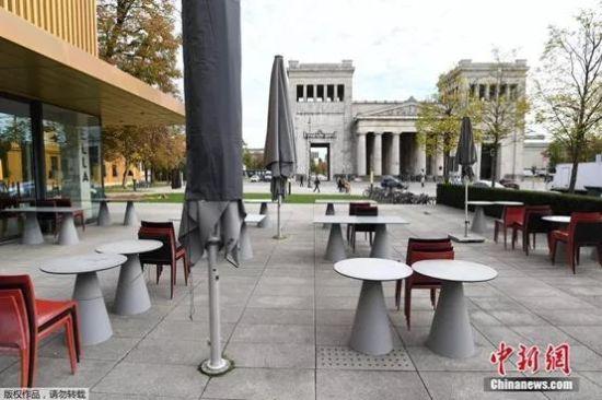 """当地时间11月2日,德国慕尼黑,伦巴赫美术馆附近人迹寥寥,一家餐厅关门停止营业。面对新一波汹涌的新冠疫情,德国11月2日起实施为期一个月的新一轮全国性""""封城""""措施,餐馆和咖啡馆必须关门,只能提供外卖。"""