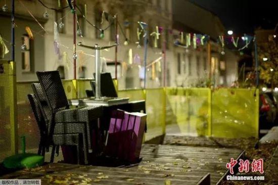 当地时间11月2日,奥地利维也纳,第二次封城开始前的夜晚,一家餐馆将座椅堆叠在一起。