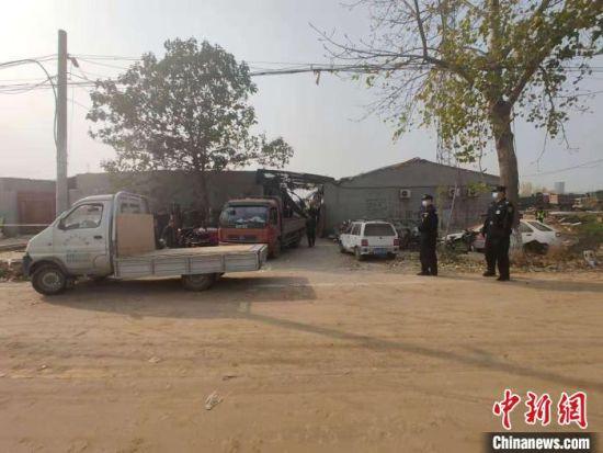 当地警方封锁了爆炸现场,并安排多名警力现场把守。 王天译 摄