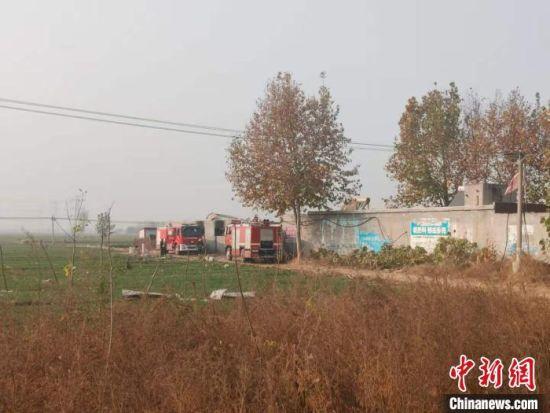 爆炸过后,厂区南侧的麦田里,到处散落着彩钢瓦碎片。 王天译 摄