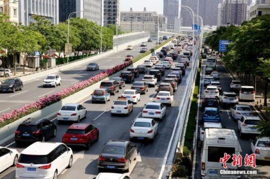 资料图:武汉珞狮路段车流密集。 中新社记者 张畅 摄