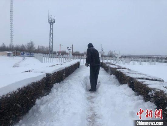 资料图:降雪地区民众出行困难。 内蒙古气象部门供图