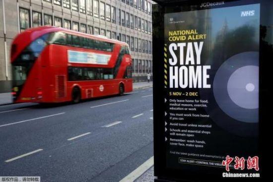 当地时间11月5日,英国伦敦街头指示牌写着防范疫情的措施。