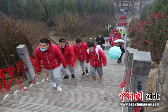 体验者们登临庆都山。 陈平 摄