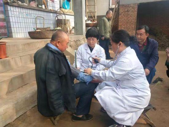 河钢邯钢为帮扶村义务送健康。 供图