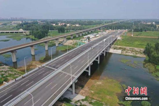 雄安新区外围路网首条建材快速通道竣工通车。(冯学亮 摄)