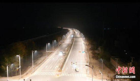 由中铁十二局集团承建的S333省道容东至S042改线段工程完成竣工验收并全线通车,标志着雄安新区新建首条大规模建筑材料运输通道被打通。(冯学亮 摄)