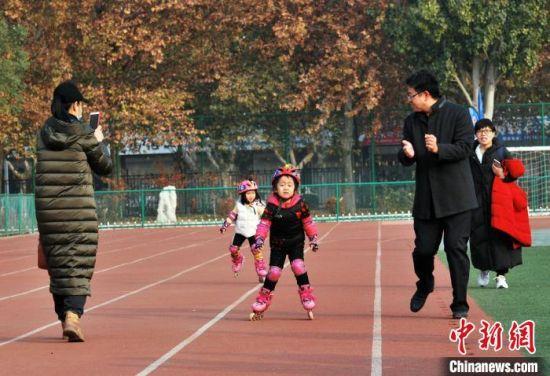 图为家长鼓励比赛中的孩子。 翟羽佳 摄