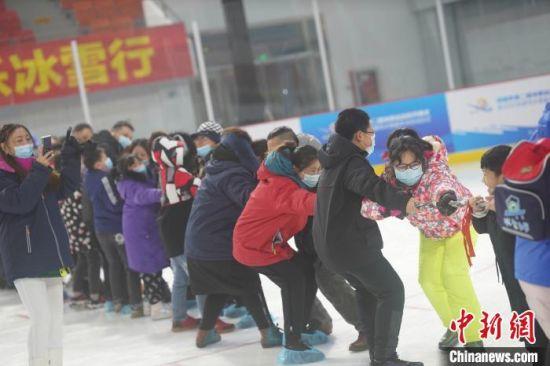 民众体验冰上拔河 靳黎黎 摄