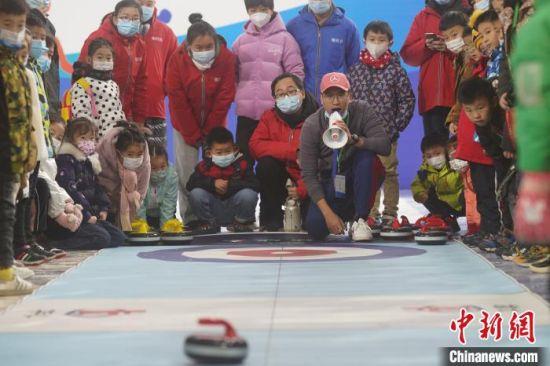 小朋友学习陆地冰壶 靳黎黎 摄