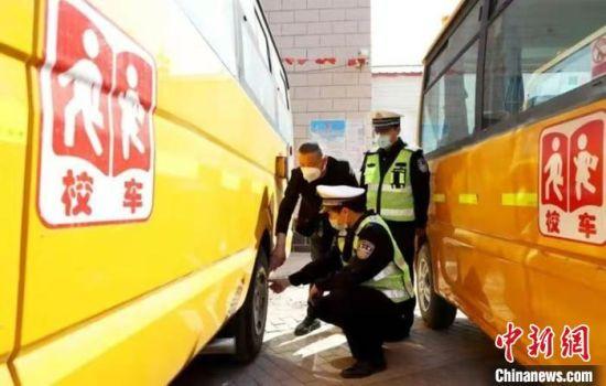 图为河北开展接送学生车辆交通安全大检查。河北省交管局供图