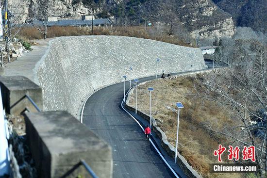 图为11月19日,阜平县城前往骆驼湾村的乡间公路。中新社记者 翟羽佳 摄