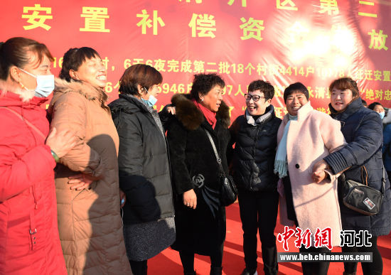 图为中共永清县委书记彭敬捷(右三)与征迁群众亲切交谈。 刘欣羽 摄