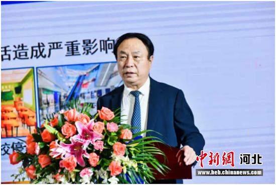 中国工程院院士、络病研究与创新中药国家重点实验室主任吴以岭教授会上作题为《络病理论指导呼吸道传染病防治研究》的主旨报告。 供图 摄