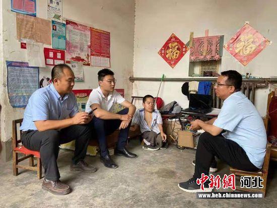 高泉(左一)在李成宝(左三)家中商讨直播事项。 张鹏翔 摄
