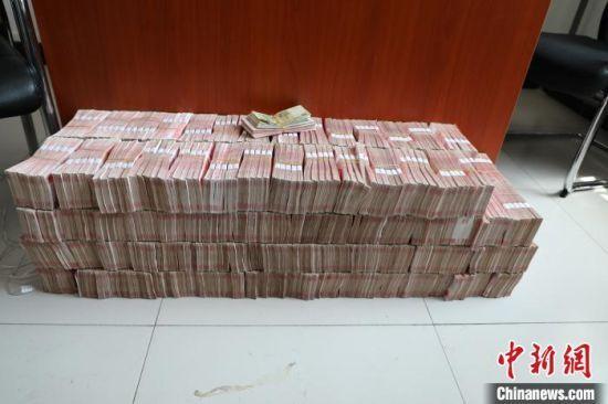 警方在赌博窝点缴获的部分赌资。 警方供图