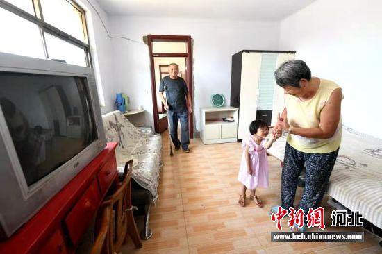 建档户在改造后的房屋内。 李洪儒 摄