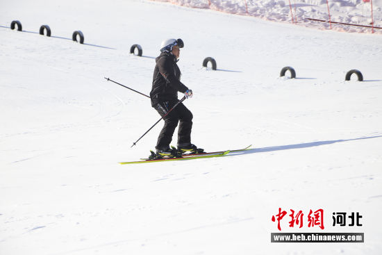 游客在滑雪场戏雪。 李秀芹 摄