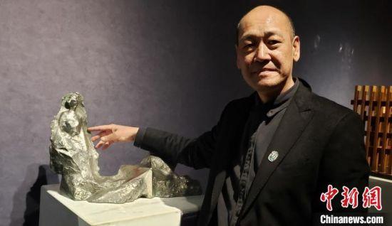 许正龙在介绍其作品《裂变东方》的特点。 徐巧明 摄