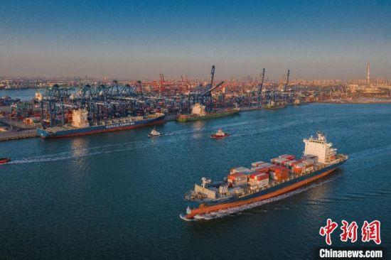 天津港船来船往。天津港集团供图
