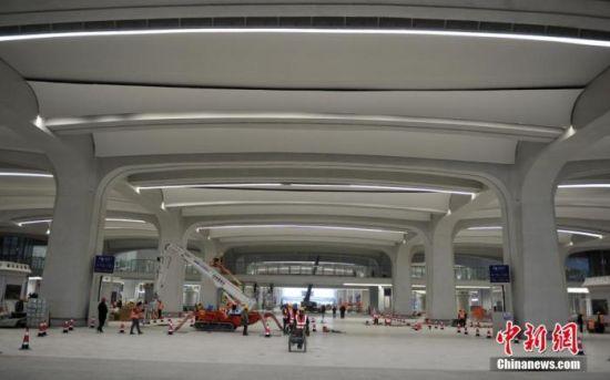 图为12月18日,京雄城际铁路雄安站地面候车大厅施工现场。 中新社记者 韩冰 摄