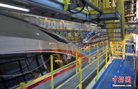 图为12月18日,两辆列车停靠在雄安动车所。 中新社记者 韩冰 摄