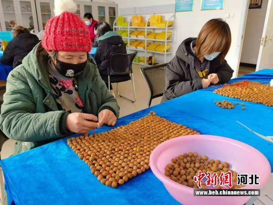 在三河市盛达职业培训学校,学员正在学习坐垫编织技艺。 宋敏涛 摄