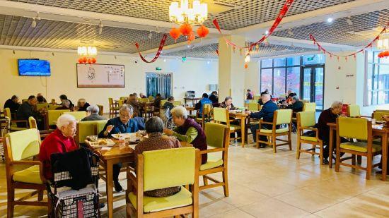 东胜悦伴湾养老公寓内营养餐厅、书画室等配套设施。 供图