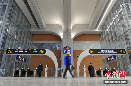 图为12月24日,雄安站工作人员进行站岗演练。中新社记者 韩冰 摄