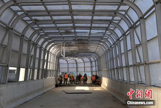 图为12月24日,京雄城际铁路雄安站施工现场。中新社记者 韩冰 摄