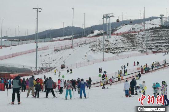 图为滑雪爱好者来到崇礼释放激情。 张帆 摄