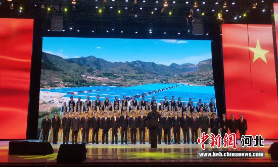 合唱《没有共产党就没有新中国》。 石英杰 摄
