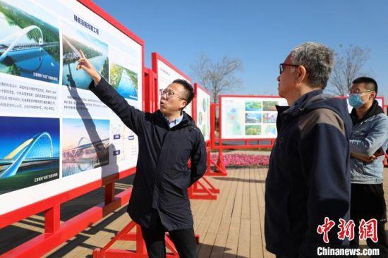 图为媒体记者参观北运河香河段建设情况。 资料图 摄