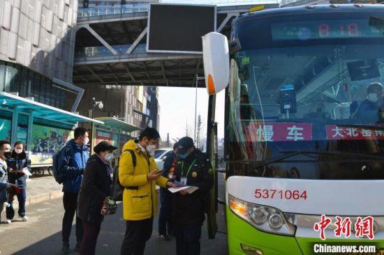 图为三河燕郊通北京大北窑公交车站台。 资料图 摄