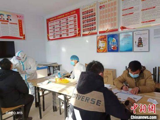 邢台市民在进行核酸检测。 张鹏翔 摄